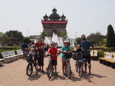 Photo souvenir devant le Patuxai à Vientiane