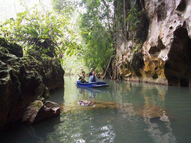 Découverte d'une grotte en barque