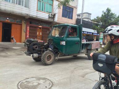 Le moteur devant le camion, une pratique courante ici