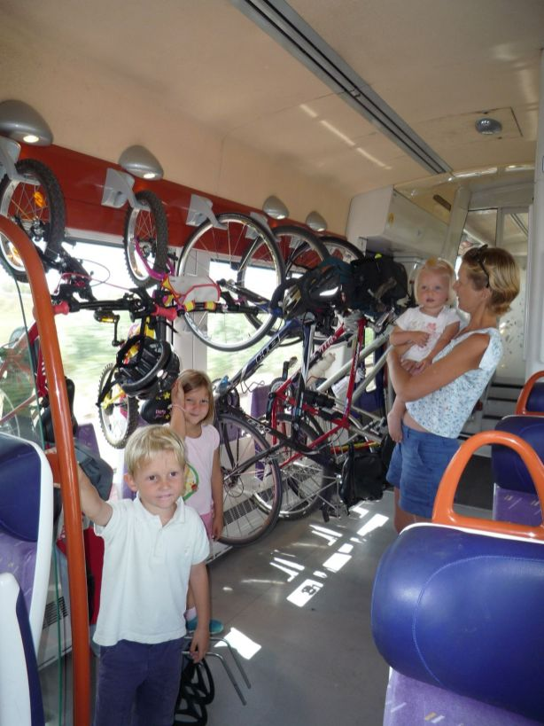 Les vélos bien installés dans le TER