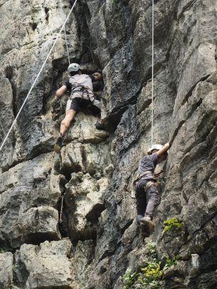 Père et fils s'essayent à l'escalade grandeur nature
