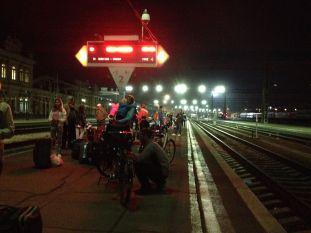Démontage des vélos sur le quai de la gare d'Irkoutsk