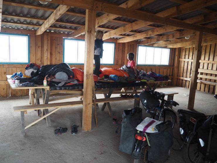 bivouac sur des tables à l'abri du vent dans une cabane
