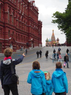 Et ça là-bas, les enfants, c'est la cathédrale Basile le Bienheureux