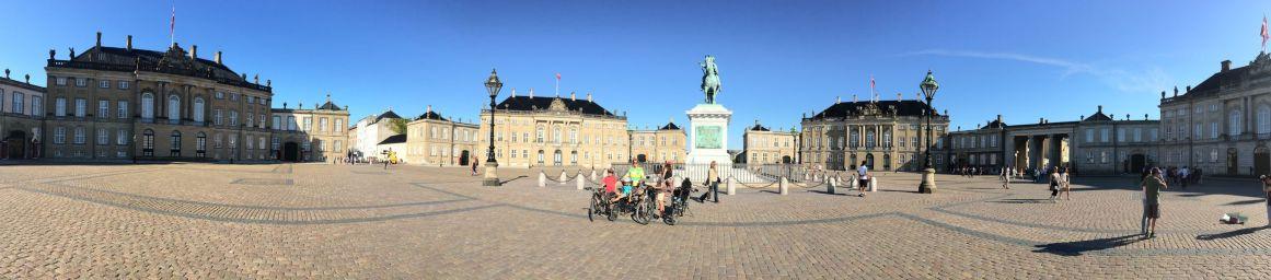 Devant le château d'Amalienborg, où réside la Reine