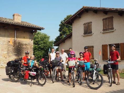 Toute l'équipe des 9 cyclos après une très belle étape chez Daniel (Warmshowers).