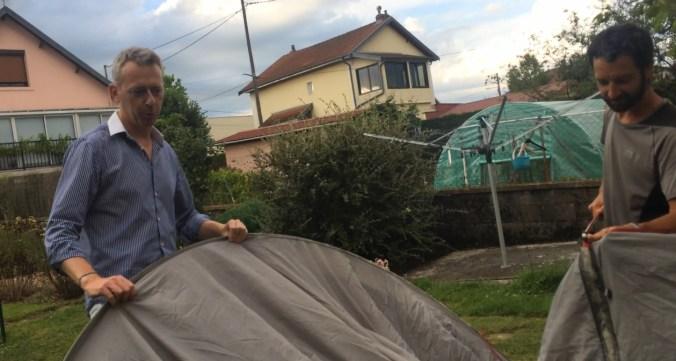 Montage des tentes avec Sylvain