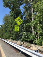 Régulièrement des panneaux rappellent de faire attention à nous et les conducteurs sont effectivement précautionneux.