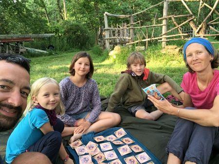 En fin de journée nous prenons parfois le temps de jouer en famille