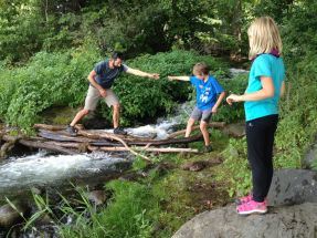 A la pause de midi, Joseph et Albane avaient décidé de faire un pont au dessus du petit torrent
