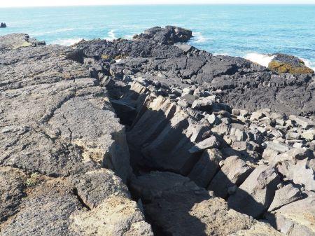 La côte est façonnée par des coulées de lave