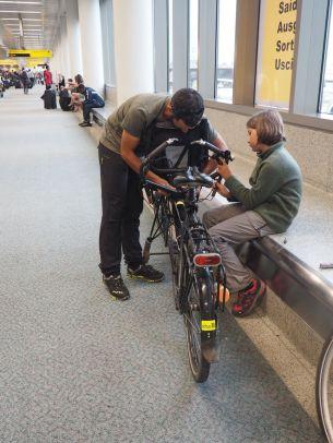 Remontage des vélos dans l'aéroport