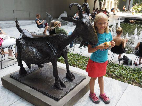 Avec la chèvre sculptée par Picasso