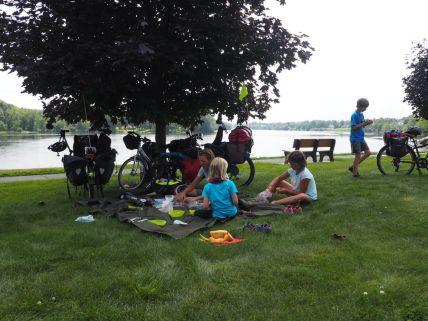 Habituel pique-nique le long de la rivière Hudson