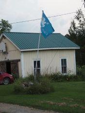 Les gens qui nous reçoivent ont des drapeaux bien sympathiques dans leurs jardins