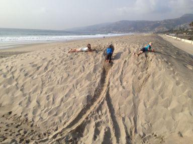 Roulade dans les dunes de sable