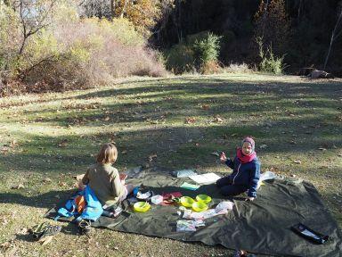 Au bord de la rivière pour le picnic
