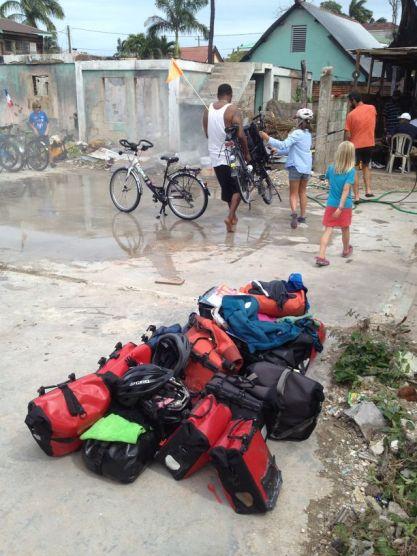 Séance lavage pour dessaler les vélos