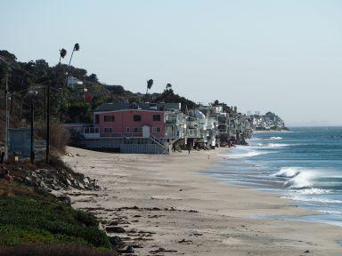 Il y a de belles maisons sur la plage