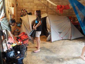 Nous installons notre tente dans un coin de l'unique pièce de la maison