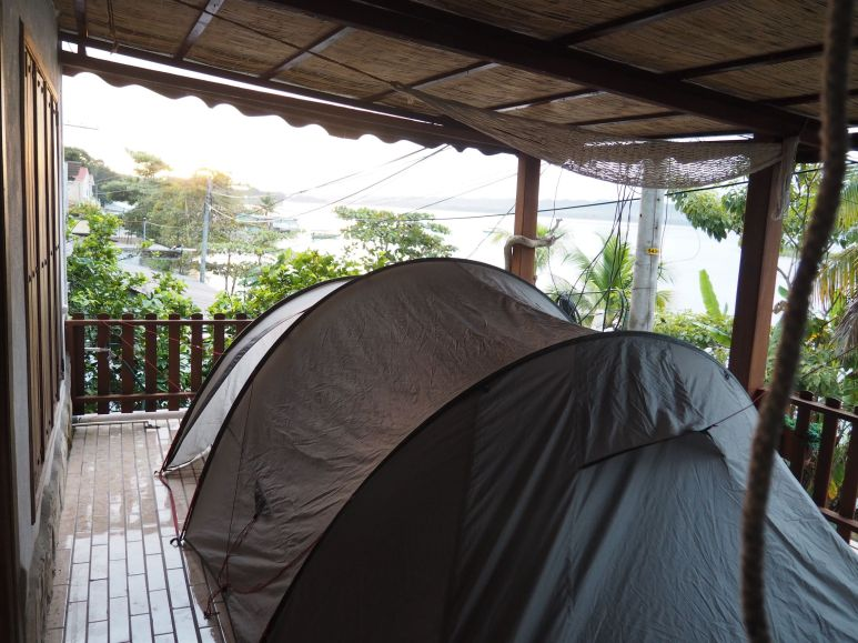 Installation de la tente sur la terrasse