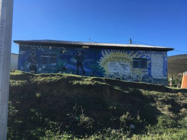 sur les murs de l'école