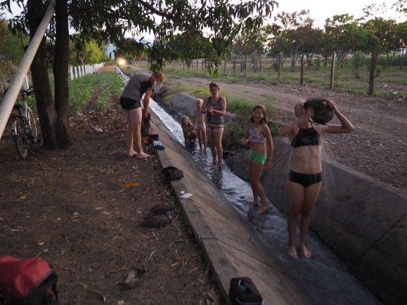 Nettoyage collectif dans le canal d'irrigation