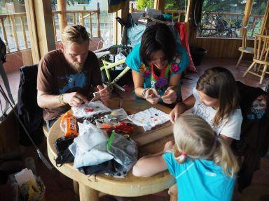 Adrien et Anna nous apprennent à faire des bracelets de perles