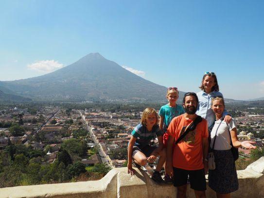 Antigua sur fond de volcan Agua depuis la Cerro de la Cruz