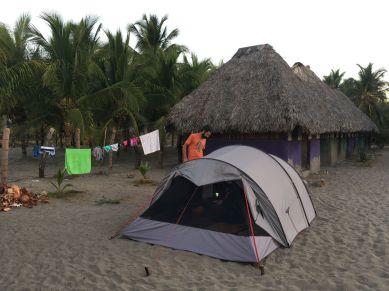 Notre petite case synthétique sur la plage