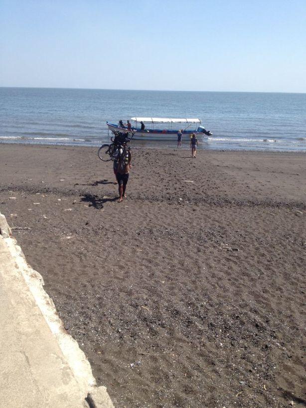 Un pêcheur nous aide à débarquer les vélos