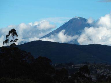 A plus de 5000 m, les volcans dépassent des nuages