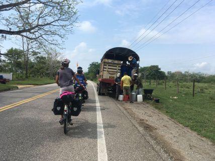 Ce matin nous suivons le camion de ramassage du lait