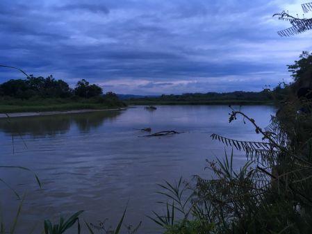 A la nuit tombée sur la riviere
