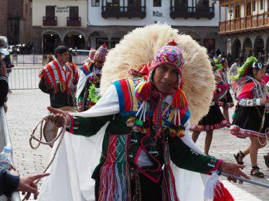 Nous découvrons des dizaines de danses et habits traditionnels