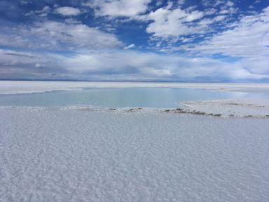 Le bleu du ciel dans l'eau du sel