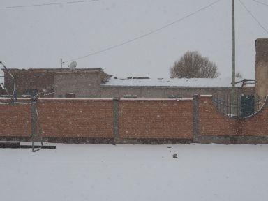 Ce sont les vacances, mais sinon j'imagine que les écoliers auraient fait une belle bataille de boules de neige
