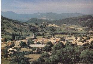 Les maisons et l'église Lesches-en-Diois