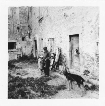 F. James retour de chasse devant sa maison été 1966