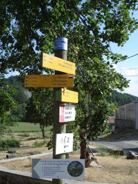 Poteau indicateur sortie est du village