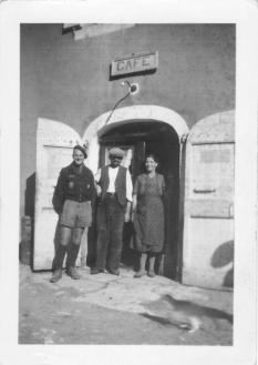 Joseph Louise devant leur Café