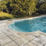 Soirée entre amis dans le jardin - piscine