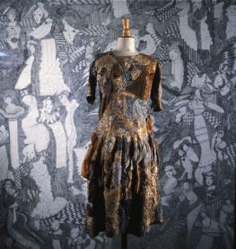 Gill, Madge sans titre, sans date robe brodée de fils de coton mercerisé et de laine enrichie de voiles de coton haut. 93 cm © crédit photographique Collection de l'Art Brut, Lausanne