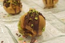 Ces Takoyaki sont composés d'une pâte à gaufre japonaise, de morceaux de macarons à la rusk, de moelleux et sauce au chocolat. Intéressante piste et recette à conserver à l'avenir.