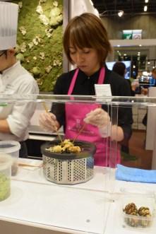 En face, la pâtisserie Sadaharu Aoki était elle ausi présente. Le Salon du Chocolat a un rayonnement tel au travers du monde, qu'il y a de plus de 700 participants, en comptant les exposants, chefs, chefs pâtissiers, chocolatiers, experts, auteurs et artistes, venus de 40 pays. Alors les chocolatiers japonais sont de plus en plus nombreux... en particulier cette année !