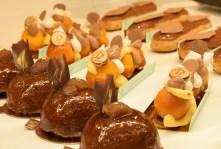 Partie pâtisseries : des éclairs au chocolat divins, des babas au rhum à la structure et au goût (yuzu) repensés.
