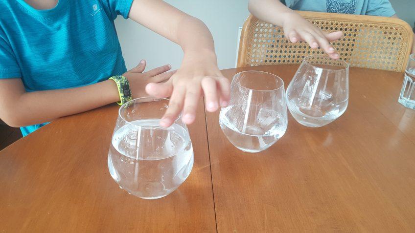 Faire de la musique avec des verres à eau