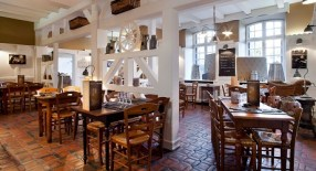 Bistrot des Copains https://www.facebook.com/bistrot.des.copains/ Une cuisine française, abordable et raffinée. Vous trouverez au Bistrot des Copains une carte renouvelée toutes les semaines, proposant une cuisine fraîche et de saison.