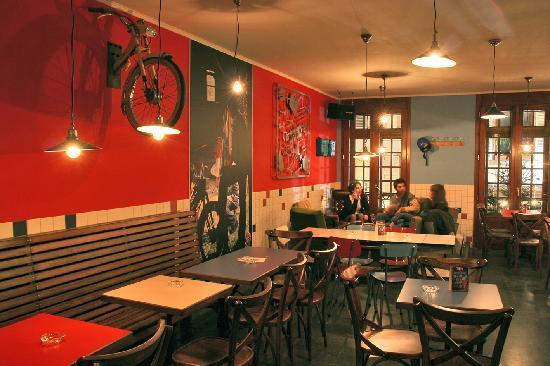Jeannette et les Cycleux http://www.lenetdejeannette.com/ Une enseigne devenue une référence à Strasbourg. Ce bar incarne la simplicité, la bonne humeur, la générosité et l'auto-dérision, il y fait bon vivre et on s'y gave volontiers de milkshakes, de mojitos à la fraise, de pim's, de planchettes et de petits desserts maison tout plein d'amour. Adresse : 30 Rue des Tonneliers