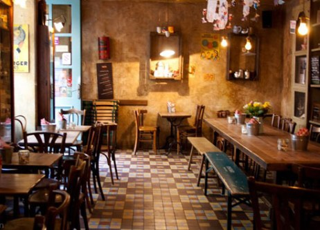L'Epicerie http://www.lepicerie-strasbourg.com/ Au cœur des jolies ruelles strasbourgeoises, l'Épicerie propose à toute heure des tartines au goût d'antan. Il fait bon s'y retrouver entre amies ou avec son chéri pour un dîner rapide avant de filer au ciné qui est tout près. Les tartines du jours sont souvent très tentantes et les desserts maison à tomber. Une adresse dont Strasbourg ne pourrait plus se passer. Adresse : 6 Rue du Vieux Seigle